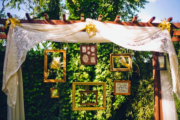 colores-de-boda-ceremonia-boda-marcos-colgados-telas