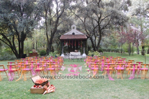 1-colores_de_boda-ceremonia-civil-fucsia-naranja-botellas-suspendidas-1
