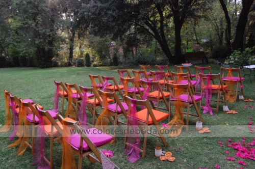 1-colores_de_boda-ceremonia-civil-fucsia-naranja-botellas-suspendidas-15