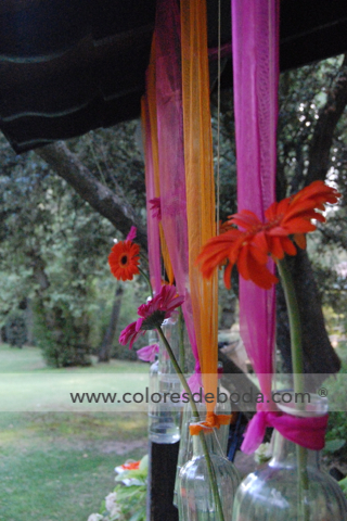 1-colores_de_boda-ceremonia-civil-fucsia-naranja-botellas-suspendidas-7
