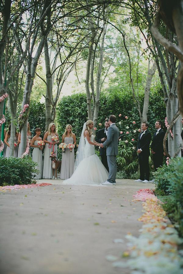 colores-de-boda-ceremonia-flores-petalos