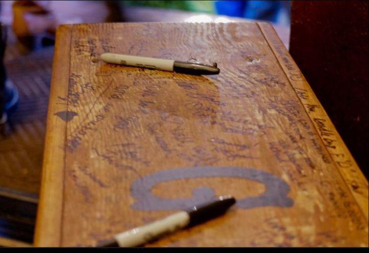 colores-de-boda-libro-firmas-banco-madera-9