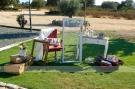 3-colores_de_boda-seating-ventana-silla-maletas-1