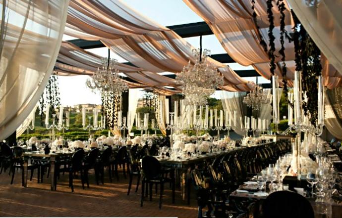 colores-de-boda-mesas-alargadas-lamparas-suspendidas