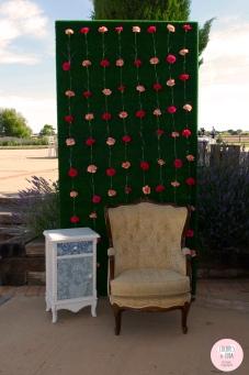 colores-de-boda-photobooth-sillon-mesilla-flores-claveles