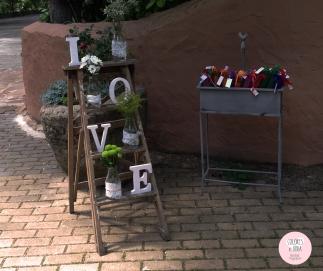 colores-de-boda-rincon-bienvenida-escalera-montaje-abanicos-chiara-manuel