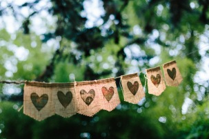 decoracion-boda-madrid-aravaca-banderitas-arpillera-ad