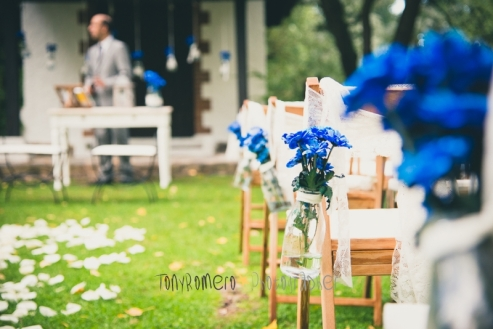 colores-de-boda-21-pasillo-nupcial-botellas-azules