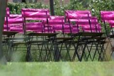 colores-de-boda-38-sillas-ceremonia-lazo-fucsia
