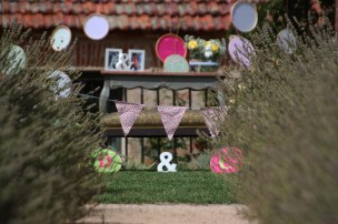 colores-de-boda-44-detalle-banderita-pasillo-nupcial-flores