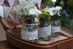 decoracion-boda-finca-madrid-maleta-botes-flor-7lc