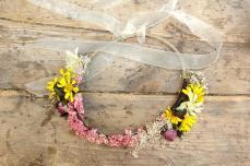 colores-de-boda-corona-flores-novia-amarillo-rosa-sweetboheme