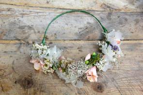 colores-de-boda-corona-flores-novia-rosa-blanco-sweetboheme