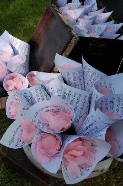 colores-de-boda-organizacion-bodas-56-rincon-conos-petalos