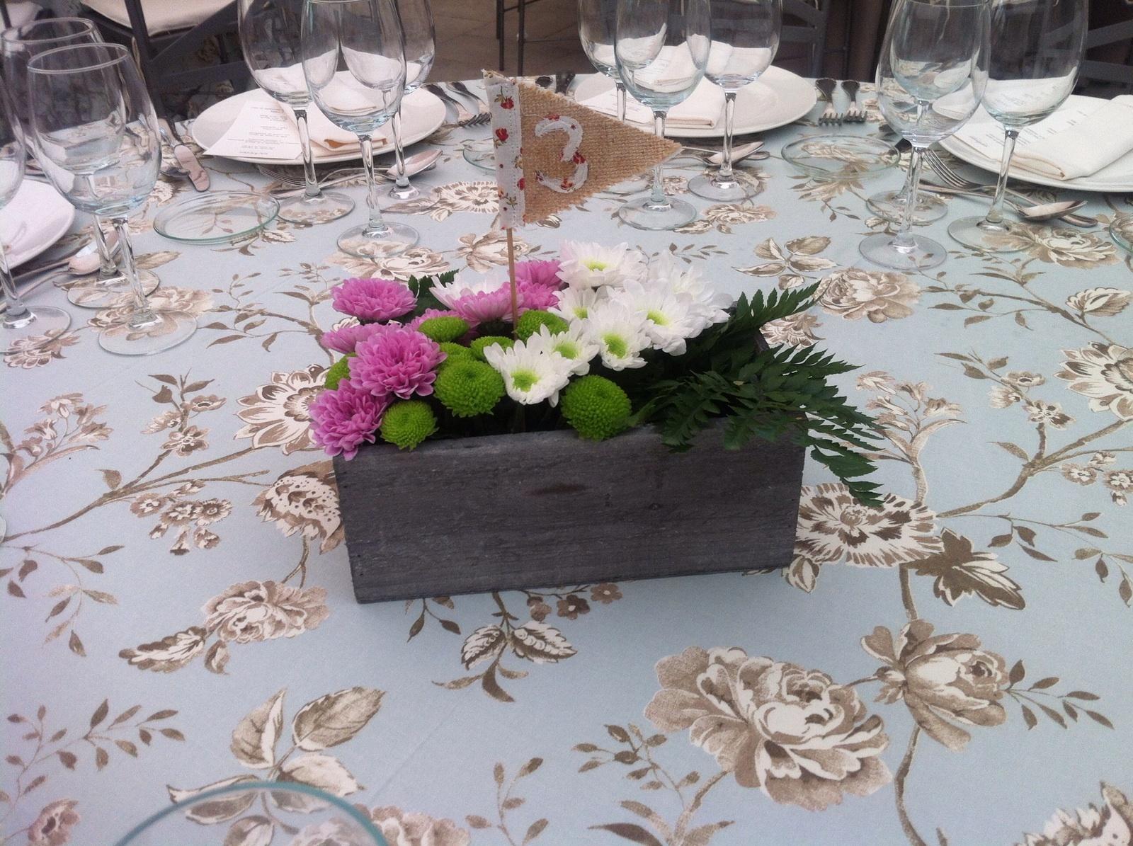 Decoracion boda madrid centro mesa caja madera flor pf colores de boda - Mesas vintage madrid ...