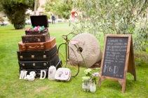 colores-de-boda-organización-bodas-015-rincon-bienvenida-maletas-protector-tacon