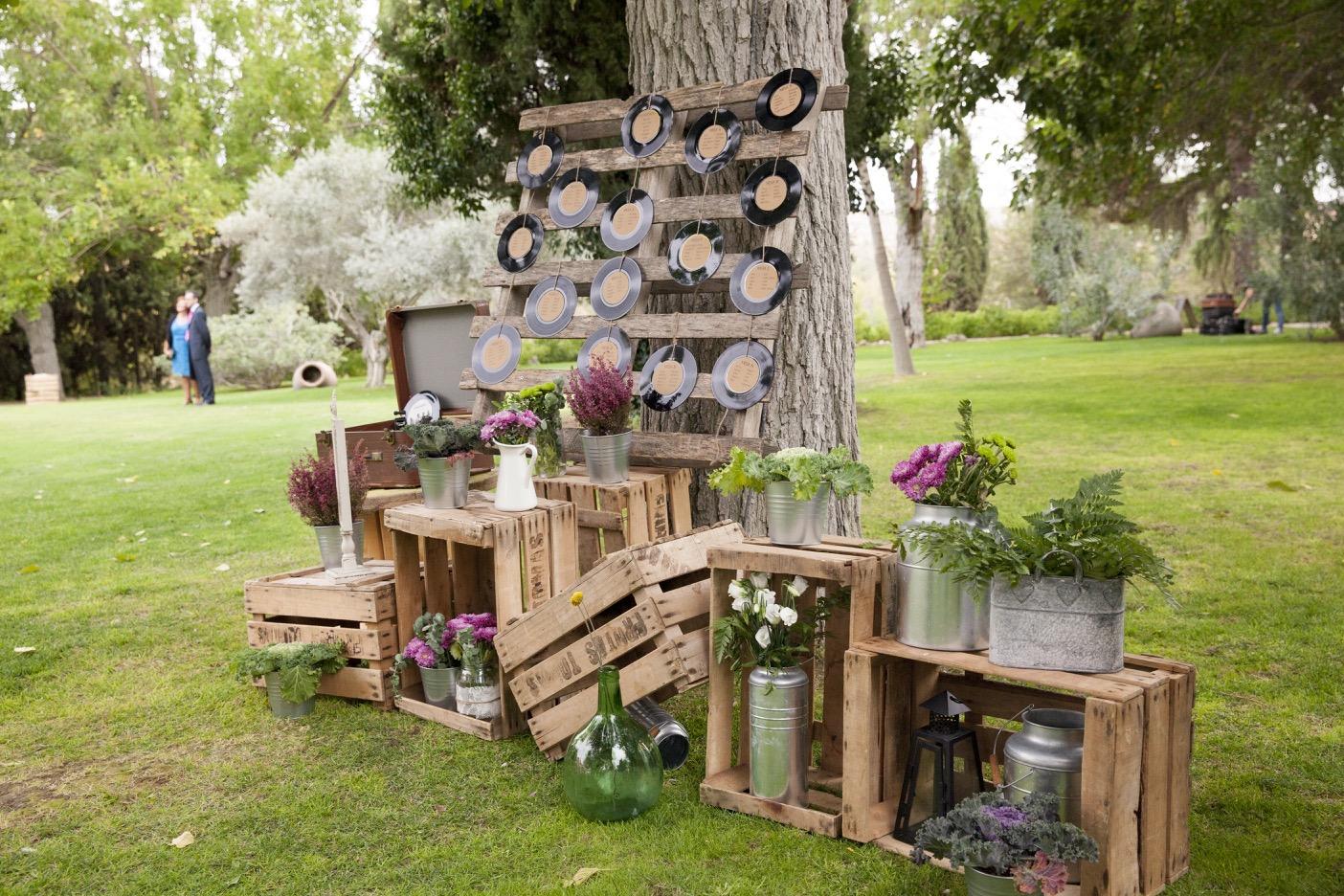 Colores de boda seating plan palets vinilos damajuanas for Decoracion de pared para novios