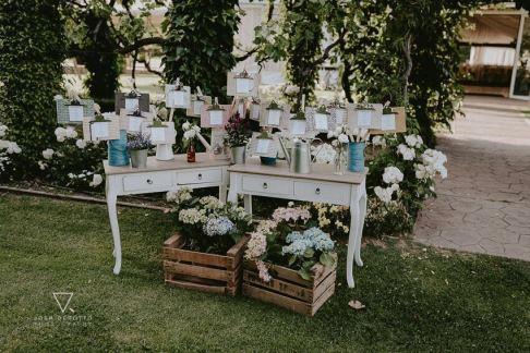 colores-de-boda-seating-plan-regaderas-mesas-hortensias